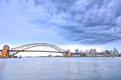 Sydney Harbor i en molnig dag Royaltyfri Fotografi