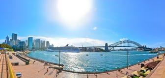 Sydney Harbor med hamnbron i en solig dag Arkivfoton