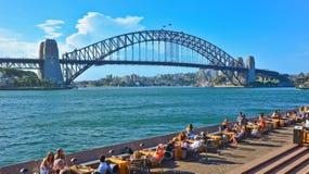 Sydney Harbor med hamnbron i en solig dag Arkivbild