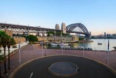 Sydney Harbour avant lever de soleil sur le terminal d'outre-mer Photos stock