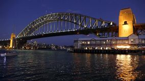 Sydney Harbour Bridge alla notte - video ciclo video d archivio