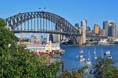Sydney Harbour Bridge e Luna Park Sydney con le foglie da Wendy Secret Garden visibile in priorità alta Immagini Stock