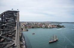 Sydney Harbour Bridge e nave alta Fotografie Stock Libere da Diritti