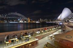 Sydney Harbour Bridge e a skyline do teatro da ópera na noite Sydne imagens de stock