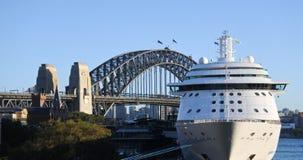 Sydney Harbour Bridge e um navio de cruzeiros em Sydney Australia imagem de stock