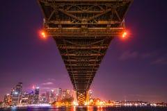 Sydney Harbour Bridge is een staal overdwars door boogbrug stock foto's