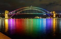 Sydney Harbour Bridge en colores del arco iris Imagenes de archivo