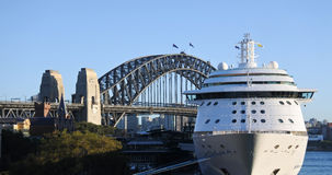 Sydney Harbour Bridge en een cruiseschip in Sydney Australia stock afbeelding