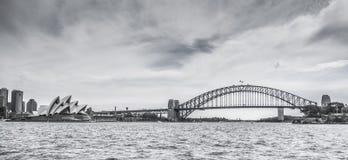 Sydney Harbour Bridge et le théatre de l'opéra en noir et blanc photographie stock