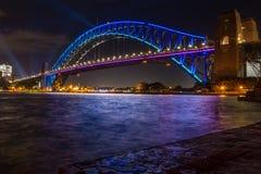 Sydney Harbour Bridge leuchtete in den blauen Farben lizenzfreies stockbild