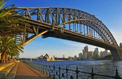 Sydney Harbour Bridge met Stadshorizon, Sydney Australia stock afbeeldingen