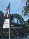 Sydney Harbour Bridge nas rochas Fotos de Stock Royalty Free
