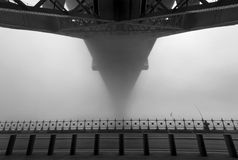 Sydney Harbour Bridge onder de mist Stock Foto