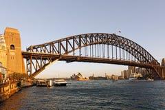 Sydney Harbour Bridge Opera House et ferry de port, Australie Photographie stock libre de droits