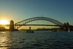 Sydney Harbour Bridge på solnedgången med härlig himmel i bakgrund Arkivfoton