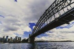Sydney Harbour Bridge-schot tijdens een veerbootrit op donkere wi Royalty-vrije Stock Afbeeldingen
