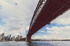 Sydney Harbour Bridge-schot tijdens een veerbootrit op donkere wi Royalty-vrije Stock Foto