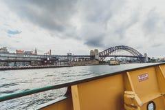 Sydney Harbour Bridge-schot tijdens een veerbootrit op donkere wi Royalty-vrije Stock Foto's