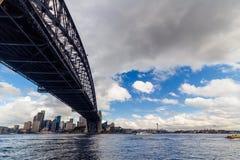 Sydney Harbour Bridge-schot tijdens een veerbootrit op donkere wi Stock Fotografie