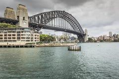 Sydney Harbour Bridge in un'alba calma della molla a Sydney, Austr Immagine Stock
