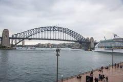 Sydney Harbour Bridge und Kreuzschiff lizenzfreies stockbild