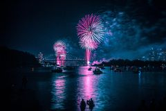 Sydney Harbour Bridge under nytt ?rs Eve Fireworks royaltyfri foto