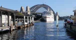 Sydney Harbour Bridge y puerto en Australia 4K
