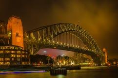 Sydney Harbour bro på en dimmig natt Royaltyfri Foto