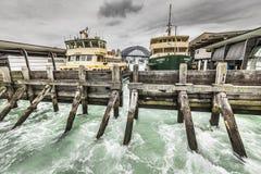 Sydney Harbour City Ferry in Quay circolare con Sydney Harbour Fotografia Stock
