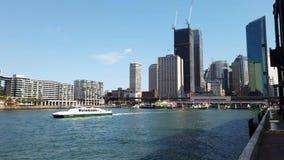 Sydney Harbour Ferry Sailing Out van Cirkelkade, Australië stock video