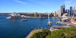 Sydney Harbour & operahuspanorama från bron Arkivfoton