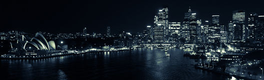 Sydney Harbour vid nattpanorama i svartvitt Arkivbild