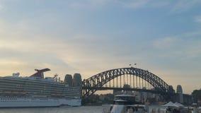 Sydney Harbour y puente del puerto con un cruiseliner en el puerto Foto de archivo libre de regalías