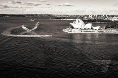 Sydney Harbour y teatro de la ópera en blanco y negro Imagenes de archivo
