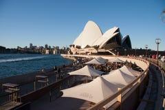 Sydney-Juni 2009: Solnedgången på operahuset och Habour överbryggar landm royaltyfria bilder