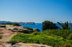 Sydney: la passeggiata costiera fra la spiaggia di Bondi e Coogee tira Immagini Stock