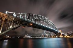Sydney Landscape med den hamnbron och operahuset på natten arkivbild