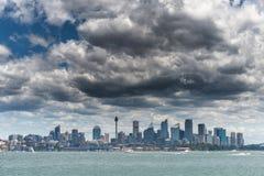 Sydney Landscape med stormmoln royaltyfri foto