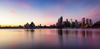 Sydney miasta linia horyzontu przy wschodem słońca Zdjęcia Royalty Free