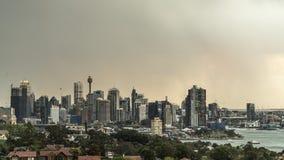 Sydney, NSW/Australië - Oktober vijfde 2018: tijdtijdspanne die van onweer zich over Sydney CBD bewegen stock videobeelden