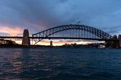 Sydney, NSW/Australia : Coucher du soleil au-dessus du pont de port photos stock
