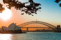Sydney, NSW/Australia : Coucher du soleil au-dessus du pont de port et du théatre de l'opéra images stock