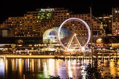 Sydney NSW/Australia: Område för central affär - Darling Harbour på natten royaltyfri foto