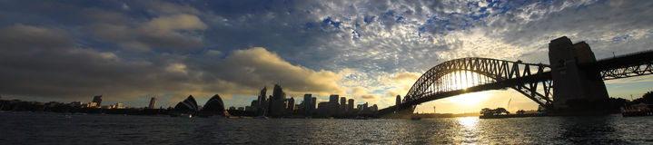 SYDNEY NSW/AUSTRALIAER: Panoramat beskådar av den Sydney hamnen. royaltyfri fotografi