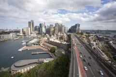 Sydney, Nuovo Galles del Sud/Australia - 29 agosto 2017: Orizzonte di mezzogiorno di Sydney con buona luce sulle costruzioni dell fotografia stock libera da diritti