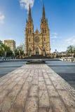 SYDNEY - 27 OCTOBRE : Église de la cathédrale de Stmary avec le ciel bleu i Photographie stock libre de droits