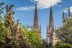 SYDNEY - 27 OCTOBRE : Église de la cathédrale de Stmary avec le ciel bleu i Images stock