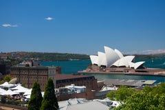 Sydney-Oktober 2009: Den Sydney hamnlooken från hamn överbryggar. royaltyfri bild