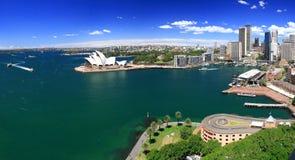 Sydney-Oktober 2009: Den Sydney hamnlooken från hamn överbryggar. royaltyfri foto
