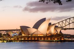 SYDNEY - Oktober 12: Sydney Opera House sikt på Oktober 12, 2017 i Sydney, Australien SYDNEY Opera House sikt på natten Arkivfoto